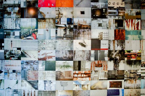 カガリユウスケ企画展「壁の穴」101枚の壁写真と作品を展示