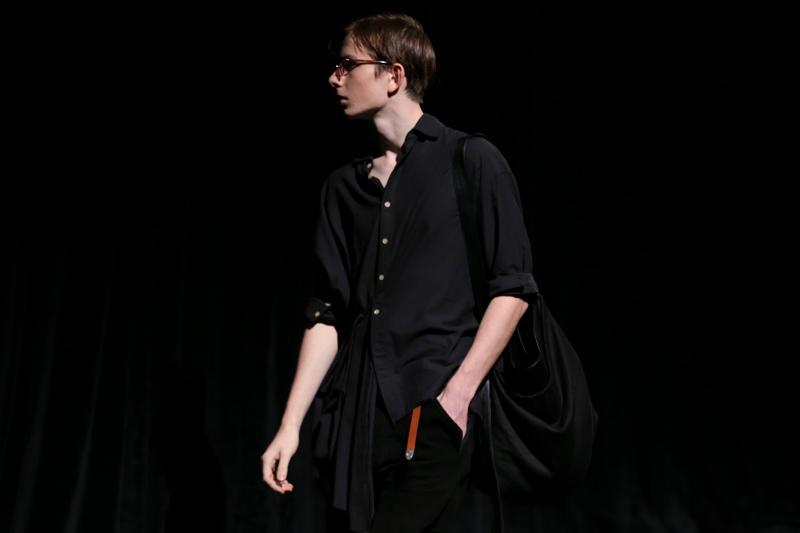 BED j.w. FORD (ベッドフォード)の2017年春夏コレクション。ブランド初となるランウェイを、「BATTLE DRESS JACKET」をテーマに披露した。