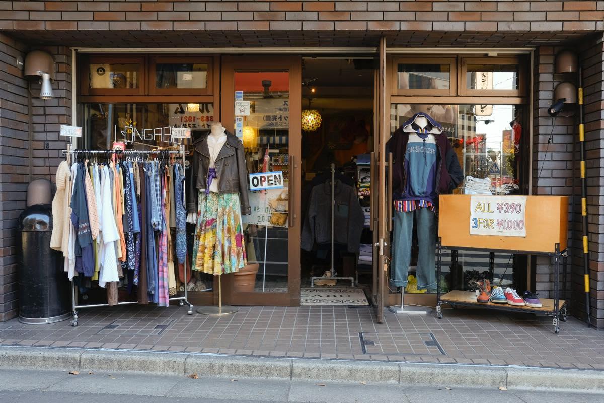 高円寺・古着屋 LONGABU(ロンガブ)宝探しのように1着ずつ見る
