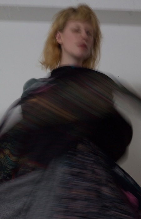 "YEAH RIGHT!!(イエーライト) 2017-18年秋冬コレクション ""Re:PLAY""。古着の解体途中のようなパーツのデザインや、子供がふざけて着ているようなイメージで「スタイリングで遊ぶ服」を表現したコレクション。"