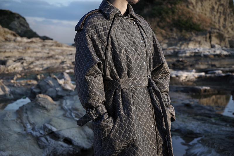koll(コール)の2018-19年秋冬コレクション。ブランド名をDOKOKA KITANO-HOU(ドコカキタノホウ)からkoll(コール)に変更したファーストコレクション。デザイナーは楠原麻由。
