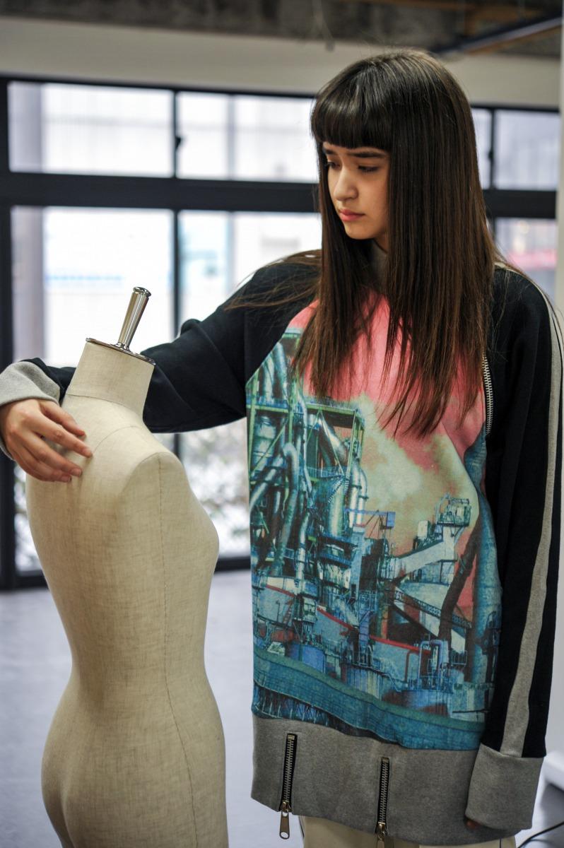 PLUG(プラグ)の2018-19年秋冬コレクション。新潟を拠点にしたブランドで、デザイナーはKARASU。