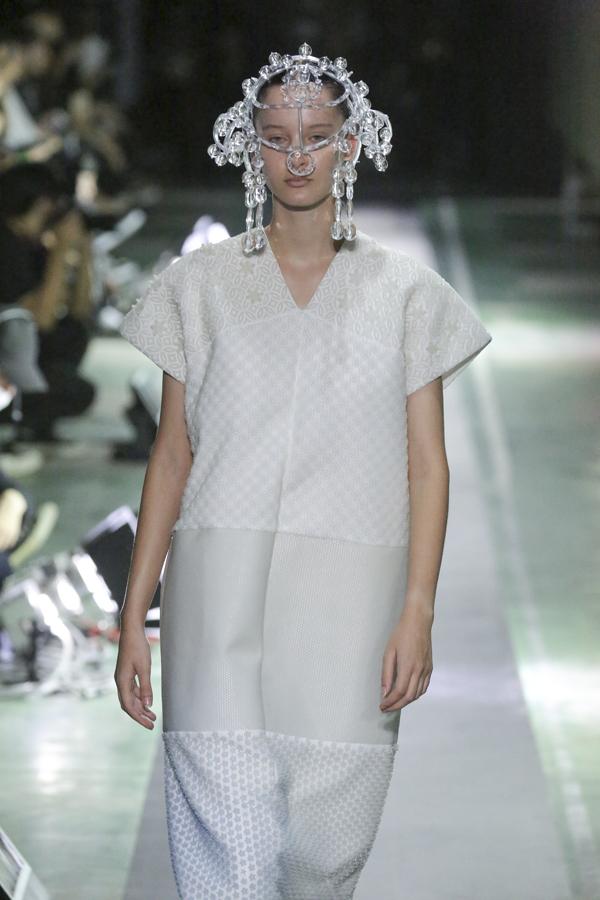 """ANREALAGE(アンリアレイジ)の2019年春夏 コレクション。Amazon Fashion """"AT TOKYO(アット トウキョウ)""""にて、「A LIGHT UN LIGHT COLLECTION」を発表。"""