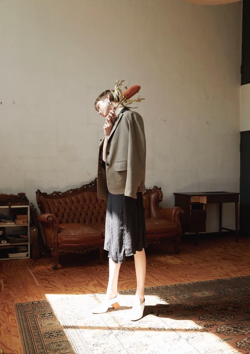 PEIEN(ペイエン)の2019-20年秋冬コレクション。テーマを「花・海・光」に、自然からインスピレーションを受け、女性が日常から感じとる美しさを服に落とし込んだ。